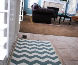 painted+chevron+rug+by+the+front+door[1]