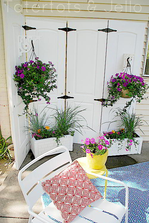 Turn old closet doors into an outdoor privacy screen for Diy outdoor privacy screen ideas
