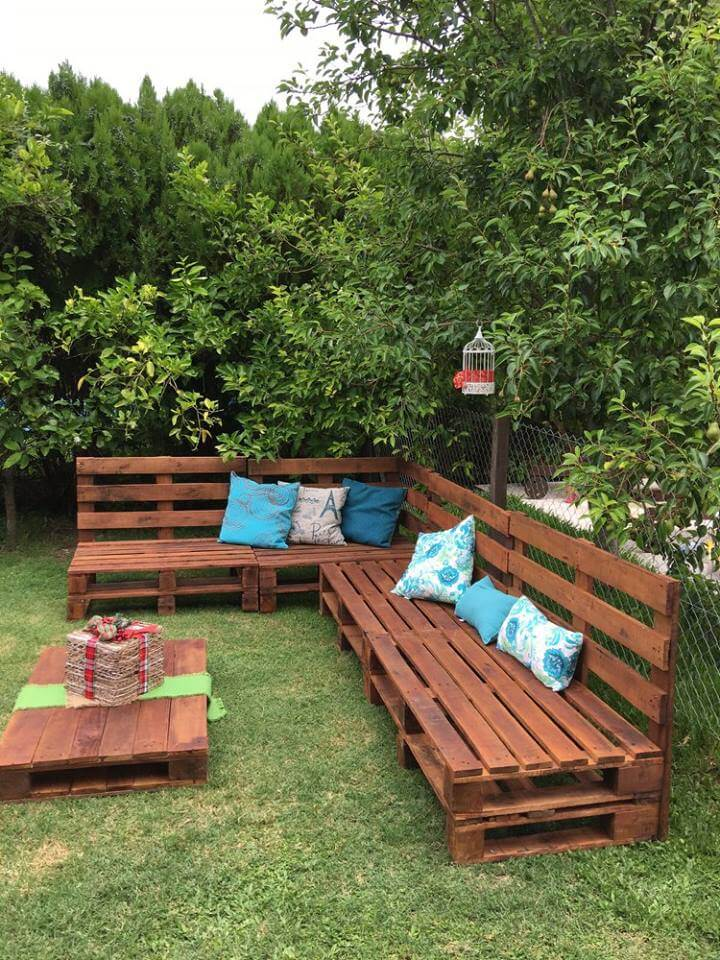 Pallets Outdoor Sofa and Table on Casters @ 99 Pallet Ideas