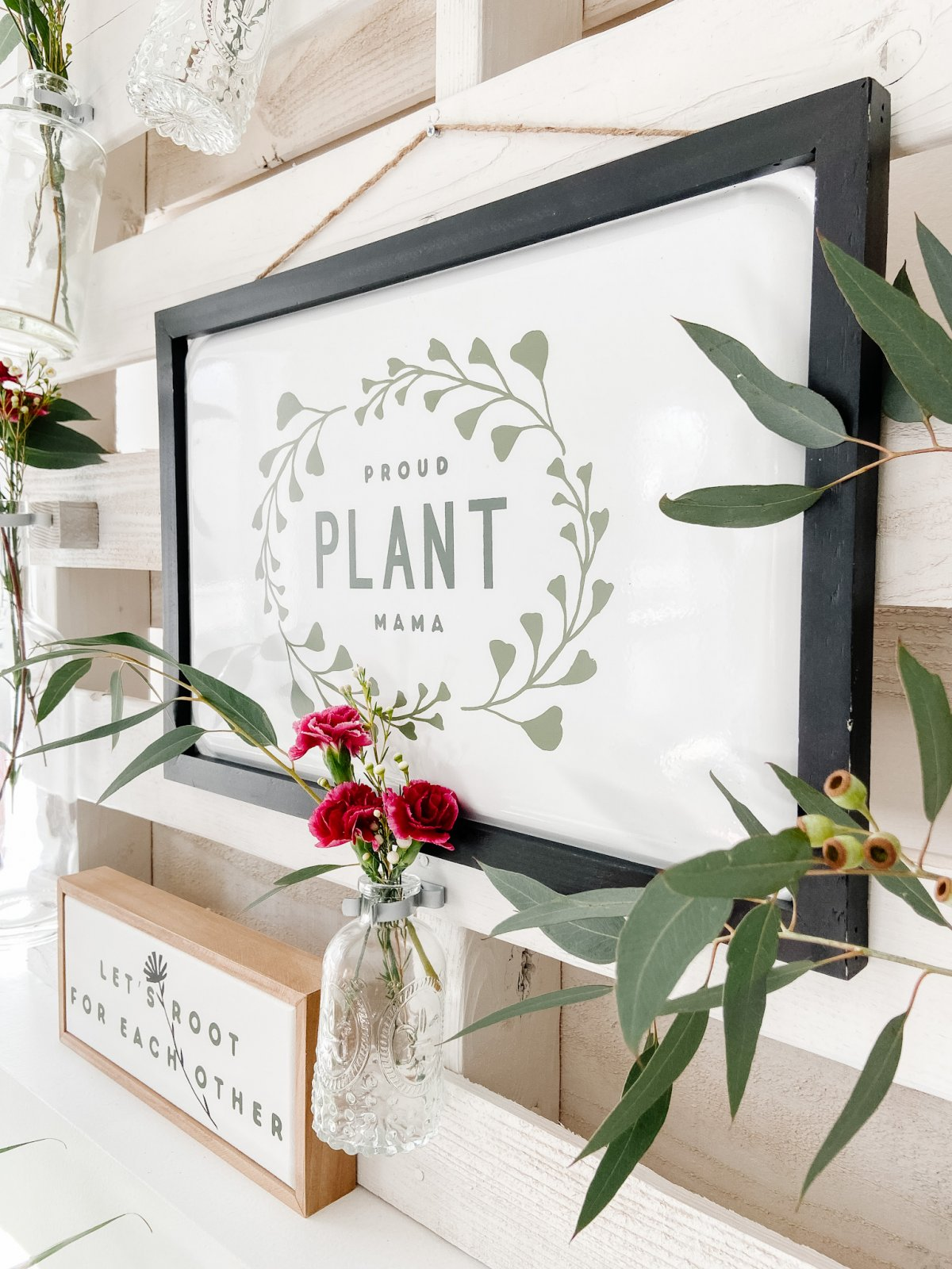 DIY Spring Pallet Flower Mantel. Turn a free pallet into a beautiful vertical flower and sign display that can be changed out seasonally!