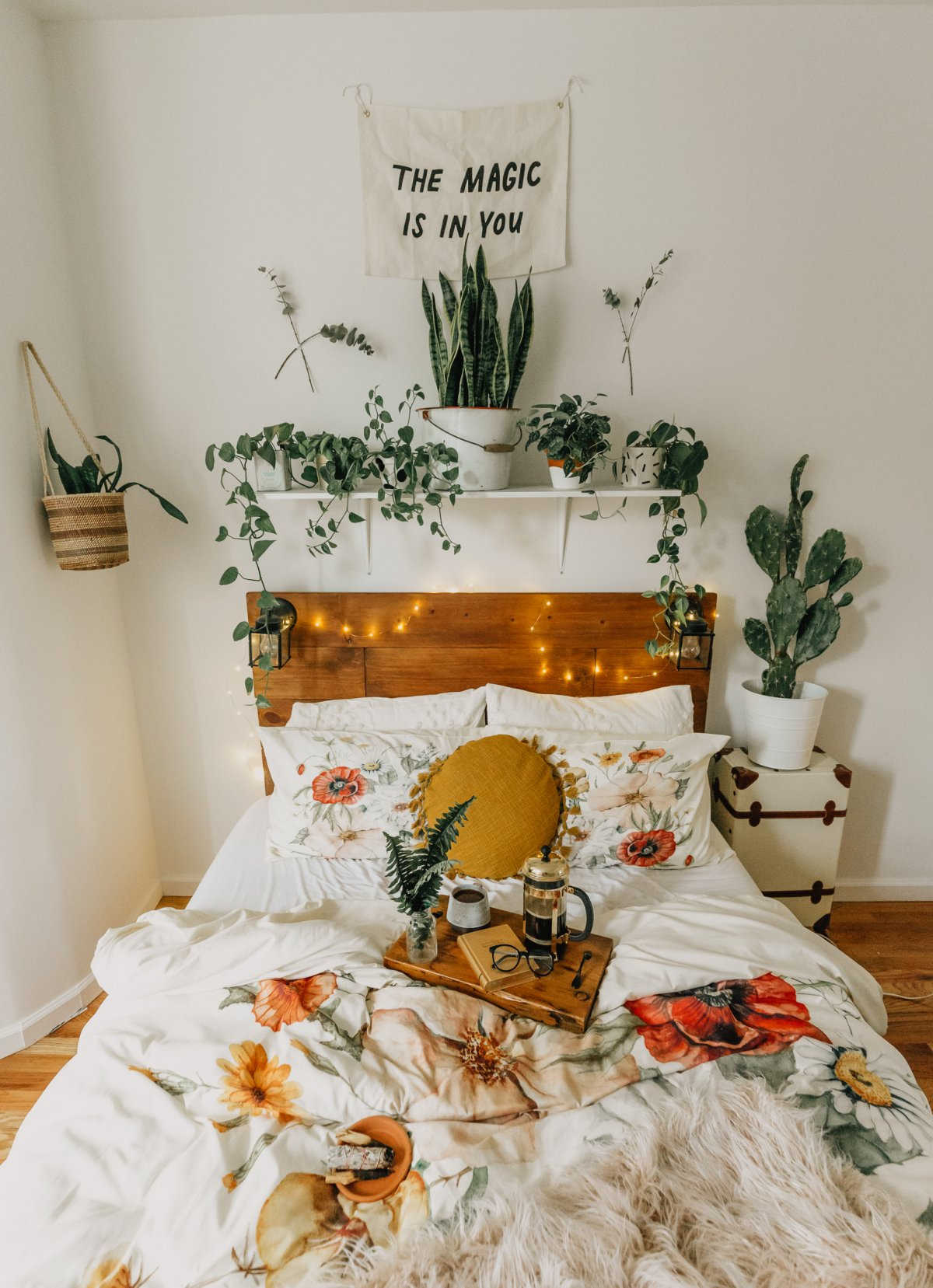 Bohemian Bedroom with mustard color pillow, fairy lights and a floral duvet at Jag Lever.